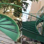 שיפוץ עליית גג עם כניסה נפרדת במדרגות ספירלה