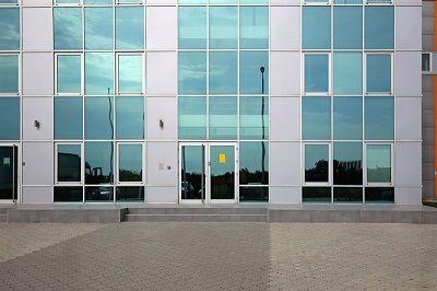 שיפוץ חזית בניין משרדים