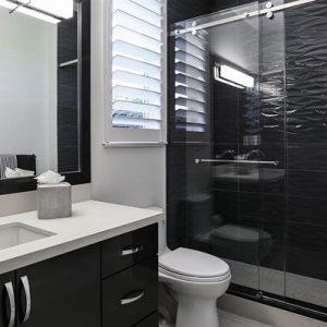 קרמיקה שחורה בחדר אמבטיה