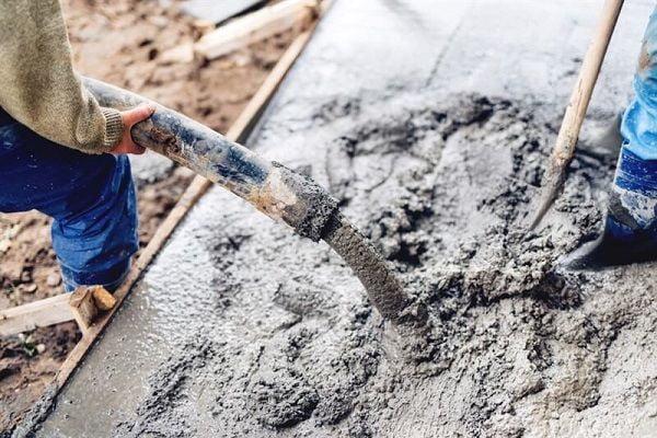משטח בטון על אדמה