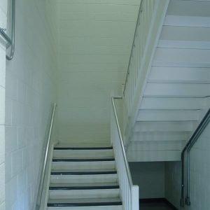 חיפוי קיר בחדר מדרגות