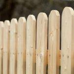 בניית גדר מעץ אורן