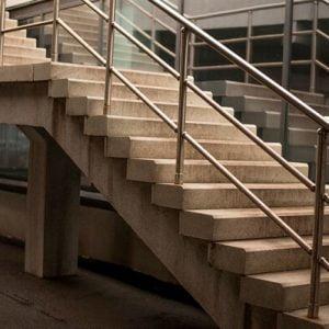 מדרגות בטון במבנה תעשייה
