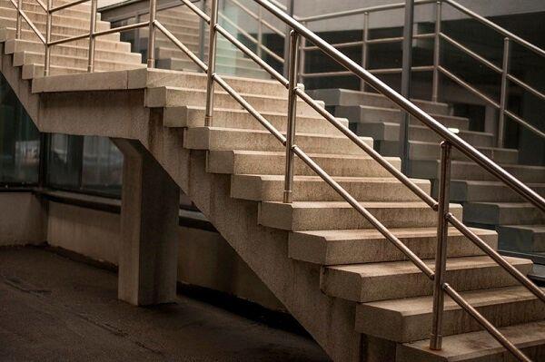בניית מדרגות בטון בקומת מסחר