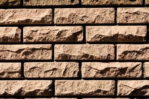 בניית קיר בריקים