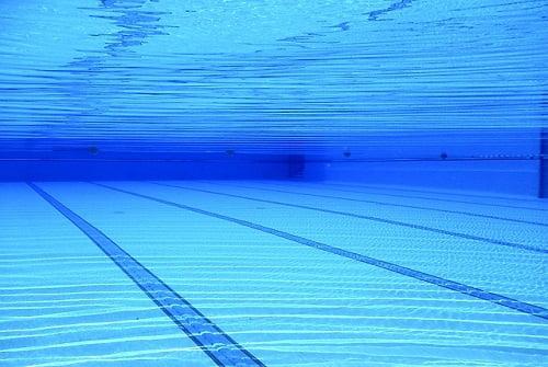ריצוף לבריכת שחייה