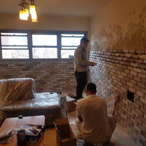 בניית קיר בריקים בסלון