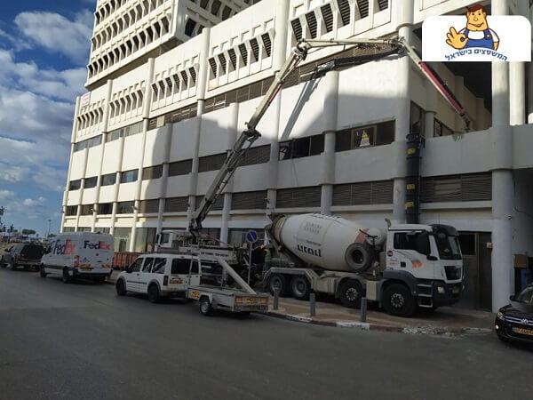 משאית יציקת בטון מוחלק לבניין