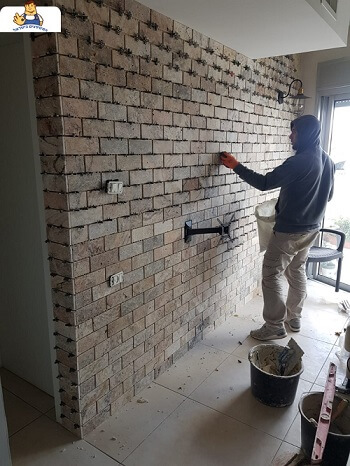עבודת בריקים לקיר בבית פרטי