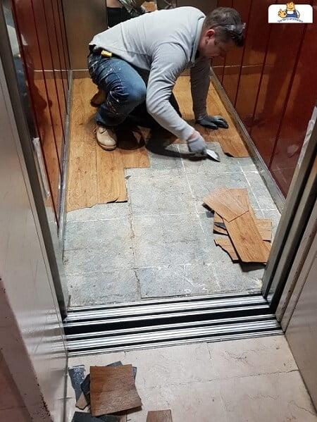 פירוק פרקט במעלית לפני החלפת ריצוף