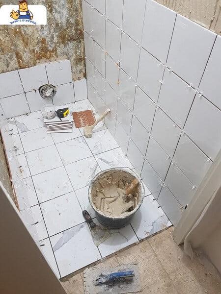 ביצוע קרמיקה ורובע לקירות שירותים