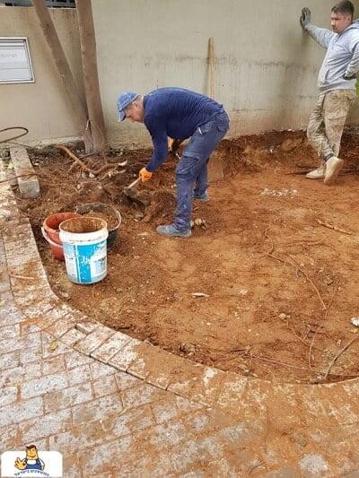 יישור השטח לפני הנחת האבנים