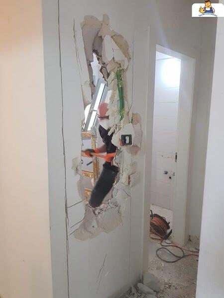 שבירת קיר בחדר אמבטיה