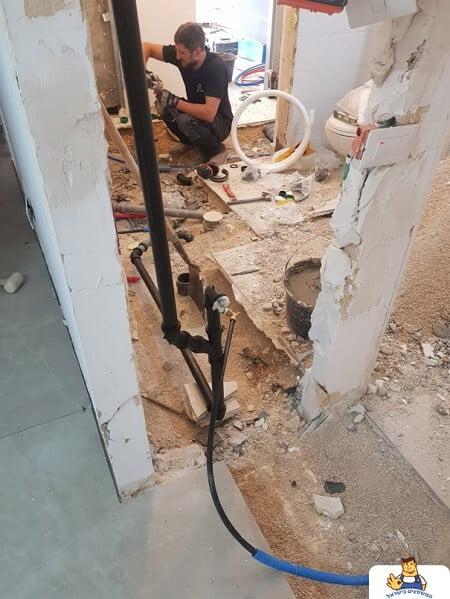 שבירת קירות לצורך פתיחת דלתות