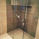 החלפת מקלחון ואריחים בקיר וברצפה
